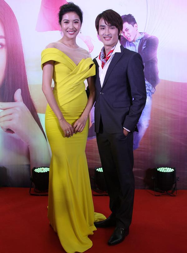 Á hậu Quốc tế 2015 lộng lẫy với váy dạ hội vàng rực, chụp ảnh cùng bạn diễn Đình Quân. Cả hai vừa có lần đầu đóng cặp trong phim điện ảnh Bao giờ hết ế.