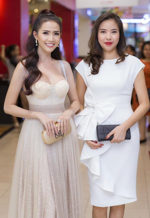 Hoa hậu Đại sứ Du lịch Thế giới 2018 Phan Thị Mơ (trái) vui vẻ hội ngộ Á hậu người Việt Thế giới 2010 Kiều Khanh. Sau khilập gia đình, Kiều Khanh hiếm khi xuất hiện trong các hoạt động của làng giải trí.