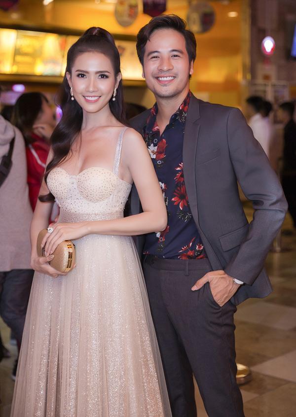 Diễn viên Đoàn Thanh Tài tình tứ ôm eo Phan Thị Mơ tại buổi ra mắt phim.