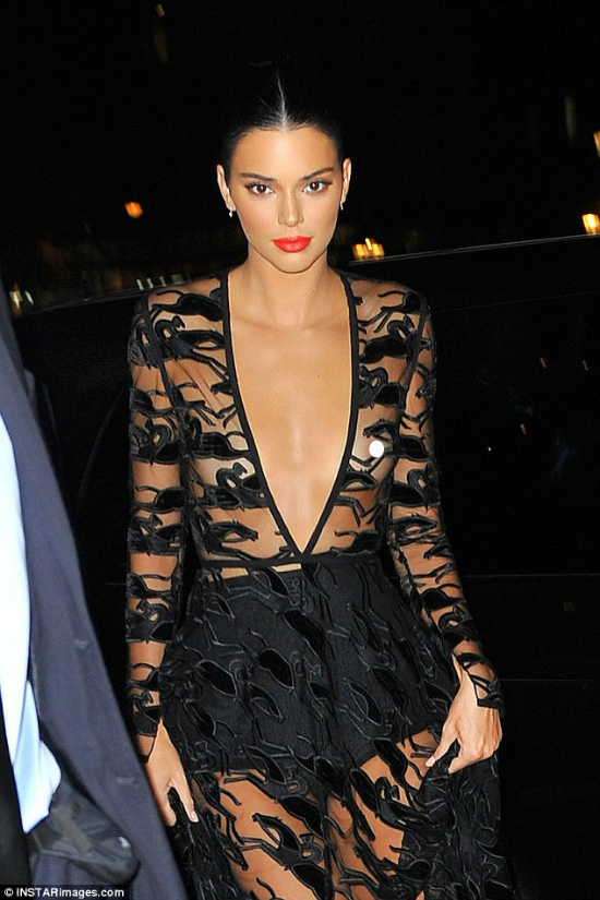 Tối ngày 11/9, Kendall xuất hiện tại nhà hát lớn Opera Garnier tại Paris để tham gia bữa tiệc kỷ niệm 70 năm thành lập của thương hiệu thời trang nổi tiếng Longchamp. Nữ người mẫudiện bộ cánh hở táo bạo màu đen, để lộ nguyên hai bầu ngực