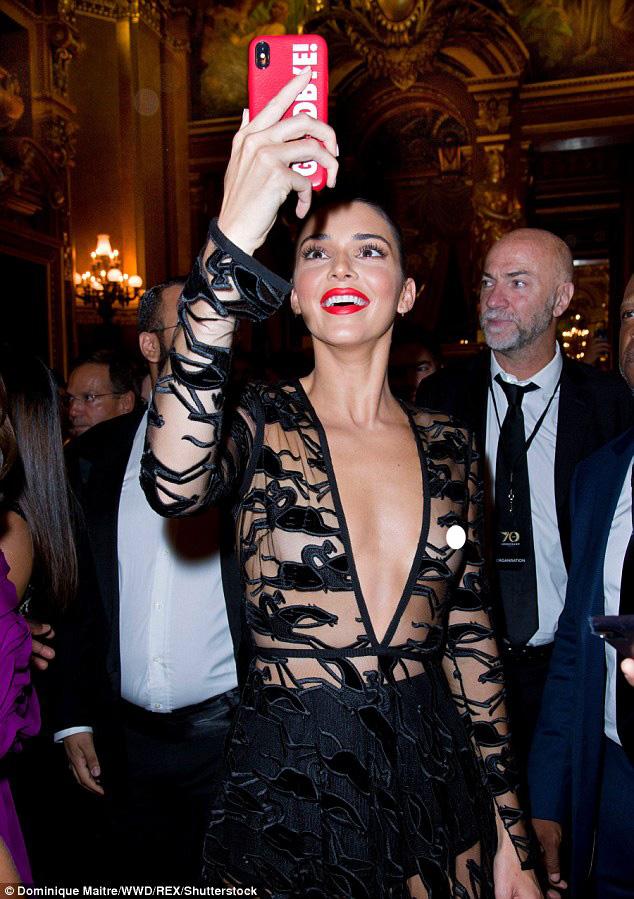 Kendall không bận tâm đến vòng một, sung sướng giơ điện thoại chụp lại những khoảng khắc đáng nhớ trong nhà hát lớn.