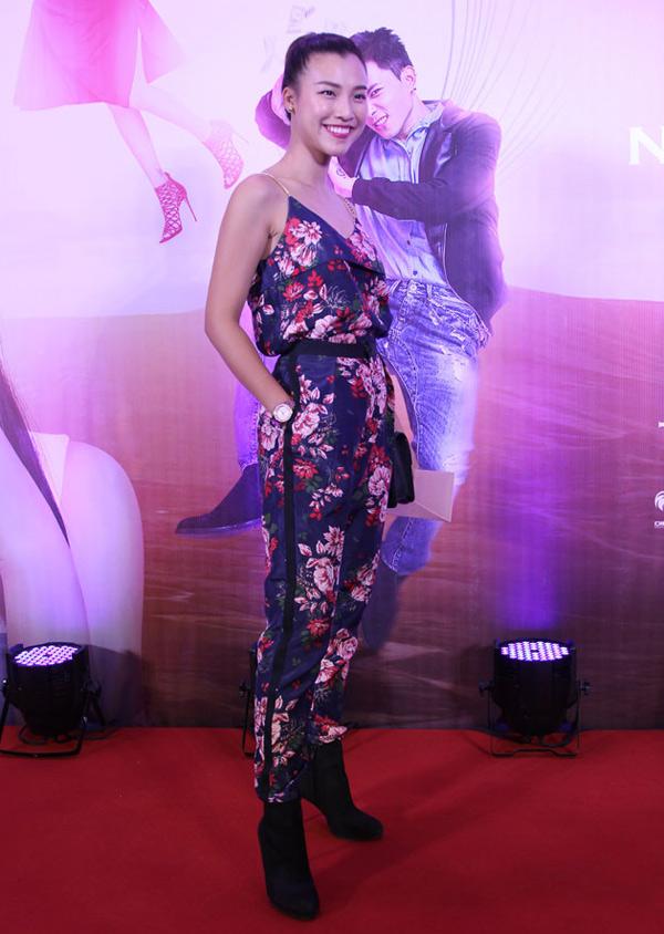 Á hậu Hoàng Oanh ăn mặc năng động, cá tính đi xem phim mới.