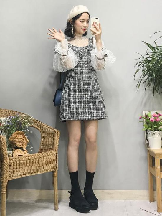 Chọn đầm vải tweed để phối cùng các kiểu áo ren mỏng cũng là cách giúp bạn gái trở nên sành điệu hơn trong xu hướng thu đông.