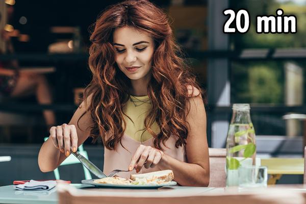 Ăn chậm, nhai kỹ Ăn chậm và nhai kỹ sẽ giúp bạn nhanh cảm thấy no, thức ăn cũng dễ tiêu hóa hơn. Các chuyên gia dinh dưỡng đều khuyên bạn nên kéo dài bữa ăn trong 20 phút.