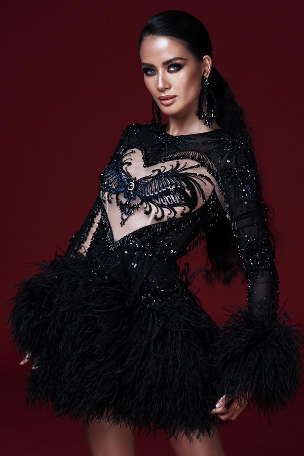 Váy dạ tiệc dành cho mùa thu đông được thêm chi tiết lông vũ để tạo độ bay bổng và đồng điệu cùng xu hướng.