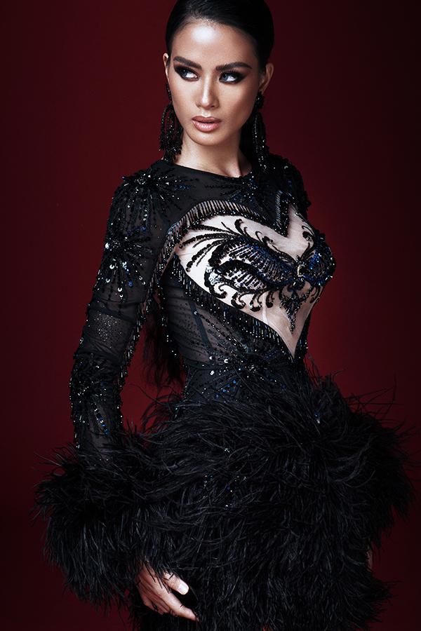 Từng họa tiết nhỏ trên vai áo, ngực áo và thân váy đều được chăm chút kỹ lưỡng để mang tới sự hoàn hảo cho trang phục.