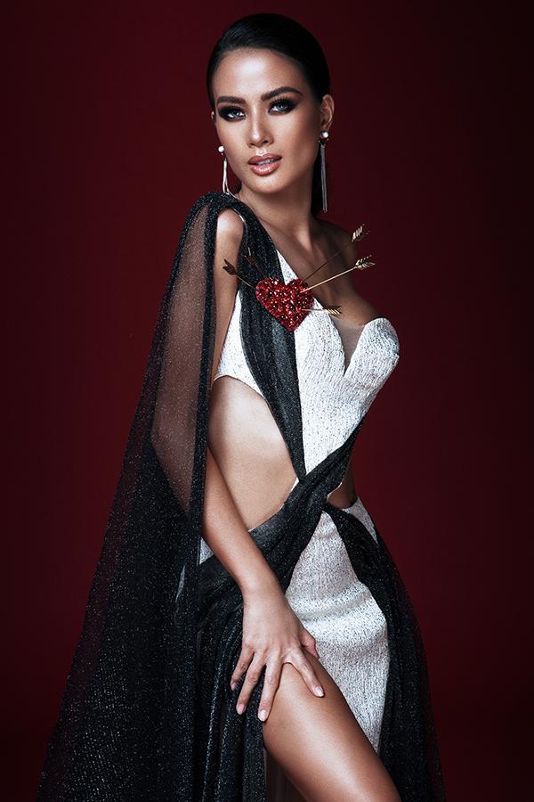 Các chất liệu vải ánh kim, vải lưới dệt kim tuyến cũng được Đỗ Long lựa chọn và đưa vào bộ sưu tập váy dạ tiệc mùa thu.