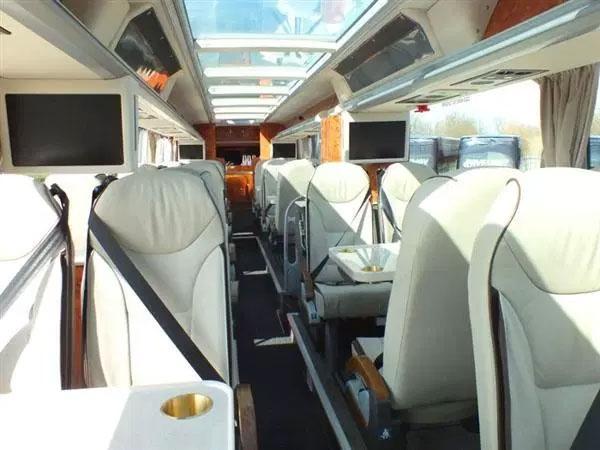 Bàn cũng được bố trí để hành khách dùng bữa trên xe.