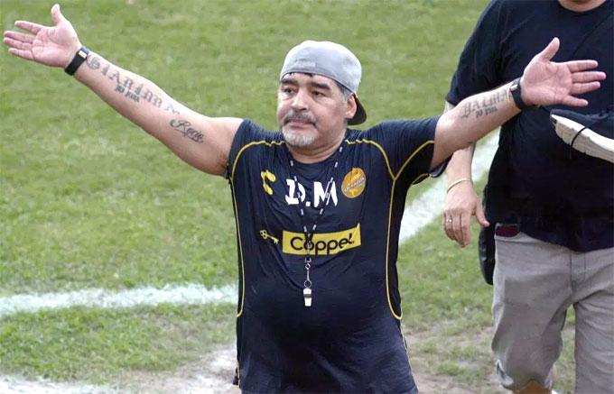 Đội mũ ngược, cổ đeo còi, Maradona trở lại với công việc của một người thầy. Trước đó, Cậu bé vàng làm HLV tại Fujairah ở UAE trong chưa đầy một năm.