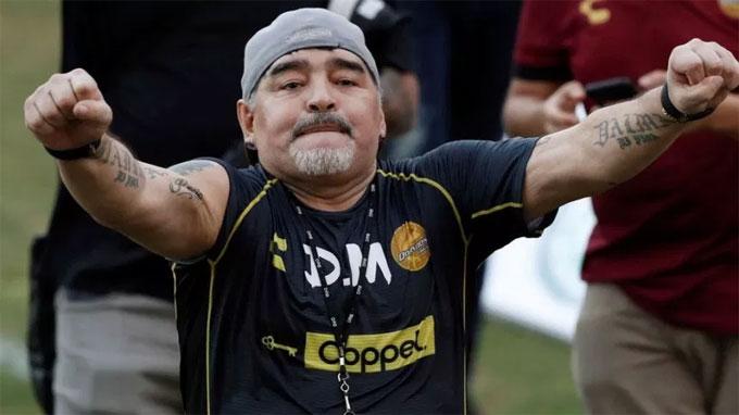 CĐV từnglo ngại về sự thiếu thân thiện của Maradona sau tình huống ông đẩy một fan khi người này cố tiến gần để chụp ảnh. Tuy vậy, cựu huyền thoại Argentina cho thấy ông rất thoải mái, sẵn sàng giao lưu với khán giả trong buổi tập của CLB.