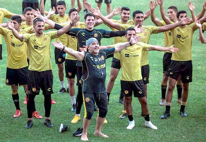 Không khí vui vẻ được Maradona tạo ra trong những buổi tập đầu tiên cùng đội bóng Mexico.