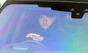 Luke Shaw lái xe đến sân tập sau sự cố bất tỉnh trên sân
