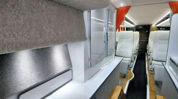 Rèm được bố trí đầy đủ để giảm ánh sáng giúp người trên xe ngủ ngon giấc.
