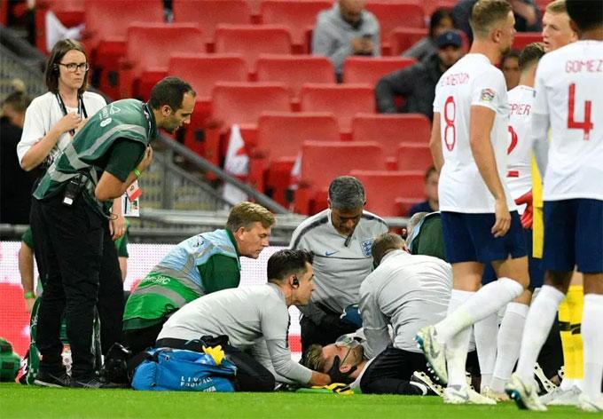 Luke Shaw phải rời sân bằng ống thở oxy sau tình huống va chạm.