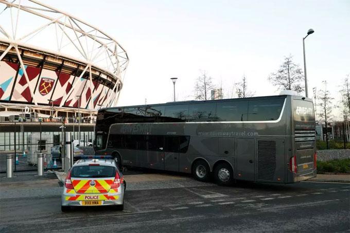 Thông thường, thầy trò HLV Mourinho ưu tiên sử dụng tàu điện để di chuyển khi đá ở sân khách gần Manchester. Tuy vậy, xe bus vẫn được sử dụng trong một số trường hợp. Mới đây, MU hành quân tới sân của West Ham bằng xe bus.