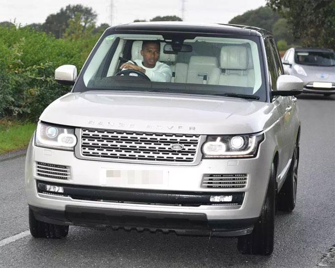 Đội trưởng Valencia chạy chiếc Range Rover màu bạc.