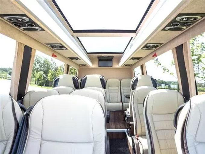 Hệ thống cửa sổ trời cung cấp đầy đủ ánh sáng tự nhiên khi cần.