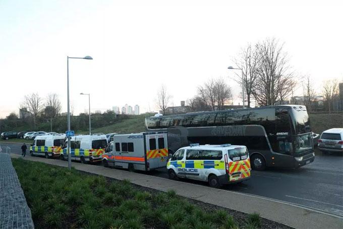 Xe bus được xe an ninh hộ tống trong suốt lộ trình.