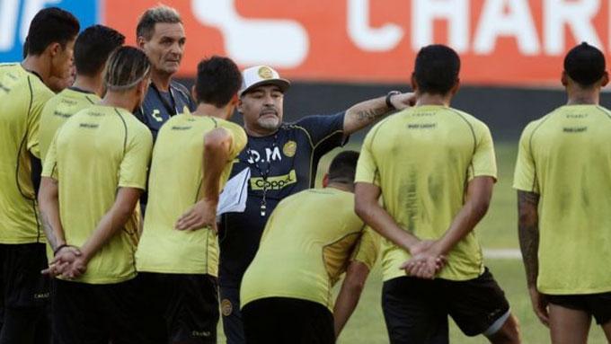 Maradona có những buổi tập đầu tiên cùng CLB mới Dorados. Ông ra sân làm việc với các học trò trong vai trò thuyền trưởng.