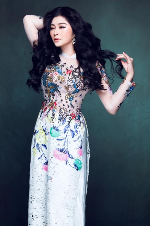 Diễn viên Thanh Trúc diện áo dài cưới có cổ trụ thấp, được làm trên nền chất liệu voan phối với ren, tạo vẻ đẹp mềm mại, nữ tính.