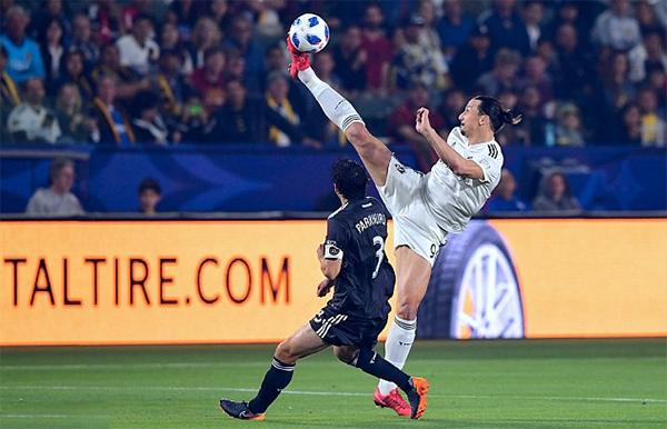 Ibrahimovic thường xuyên có những pha khống chế, móc bóng tầm cao khi thi đấu. Ảnh: AFP.