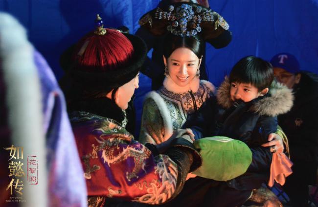 Đổng Khiết trên phim trường Như Ý Truyện, cô bế con trai trên tay.Trong buổi giao lưu báo chí hôm 8/9, Đổng Khiết tiết lộ cô không nghĩ vai diễn Hoàng hậu được dành cho mình, nhưng cuối cùng, đạo diễn lại ưu ái, khiến cô rất ngạc nhiên. Nữ diễn viên cho biết cô hài lòng với những thể hiện của mình trong suốt nửa hành trình của Như Ý Truyện.