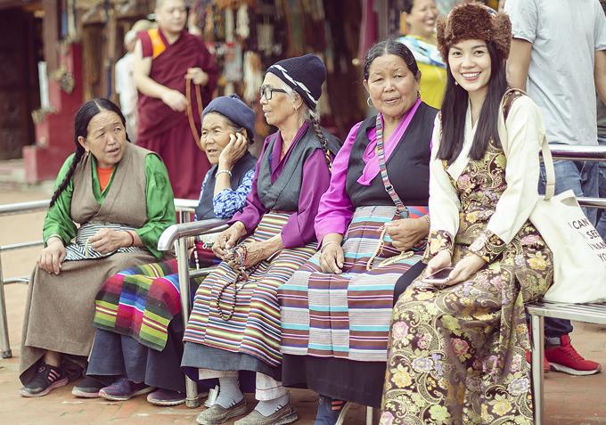Người đẹp phim Mặt nạ máu ra phố trò chuyện, chụp ảnh cùng những phụ nữ bản xứ để tìm hiểu thêm về văn hóa, truyền thống của Nepal.