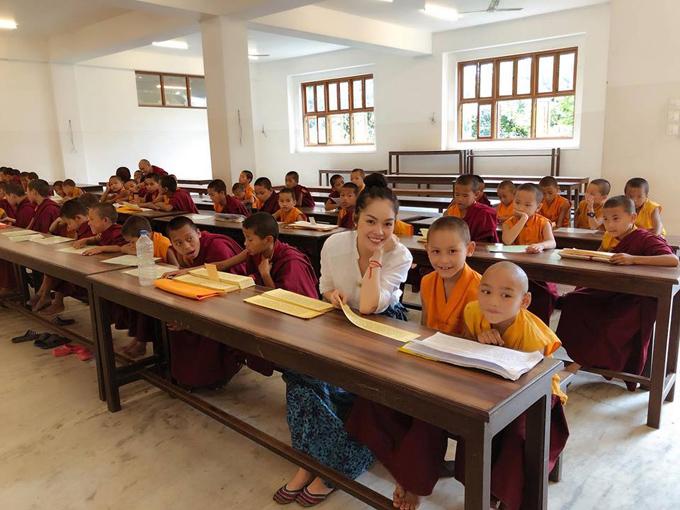 Nữ diễn viên tới thăm một lớp học và chụp ảnh cùng các em nhỏ.