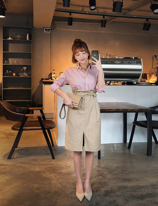 Một trong những kiểu trang phục được lăng-xê ở mùa thu năm nay là chân váy lưng cao có điểm nhấn bèo nhún và dây lưng vải.