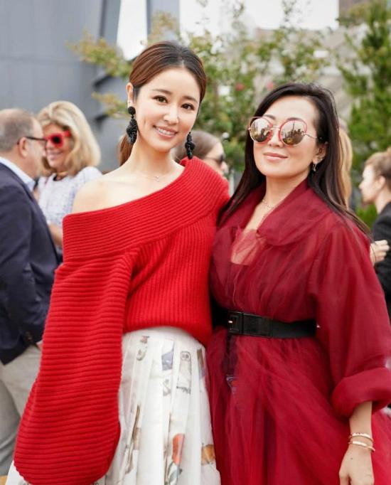 Lâm Tâm Như chụp ảnh cùng một khách mời của sự kiện.