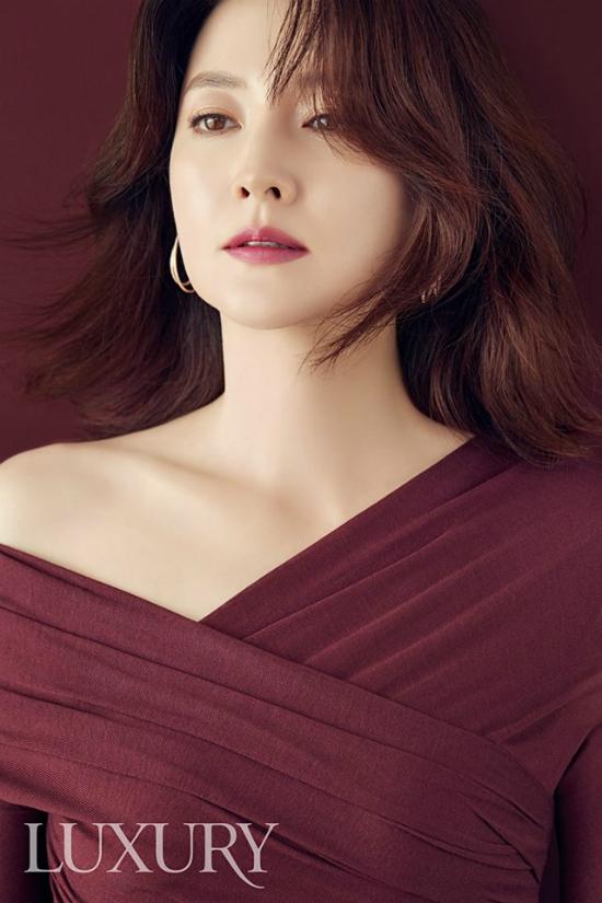 Lee Young Ae đẹp quyến rũ trên tạp chí Luxury số mới.
