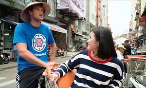 Sao bóng rổ NBA đạp xích lô, ăn trứng vịt lộn ở Sài Gòn