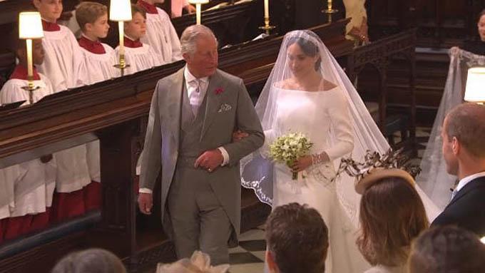 Thái tử Charles thay bố đẻ dẫn Meghan vào lễ đường ở lâu đài Windsor trong đám cưới ngày 19/5. Ảnh: BBC.
