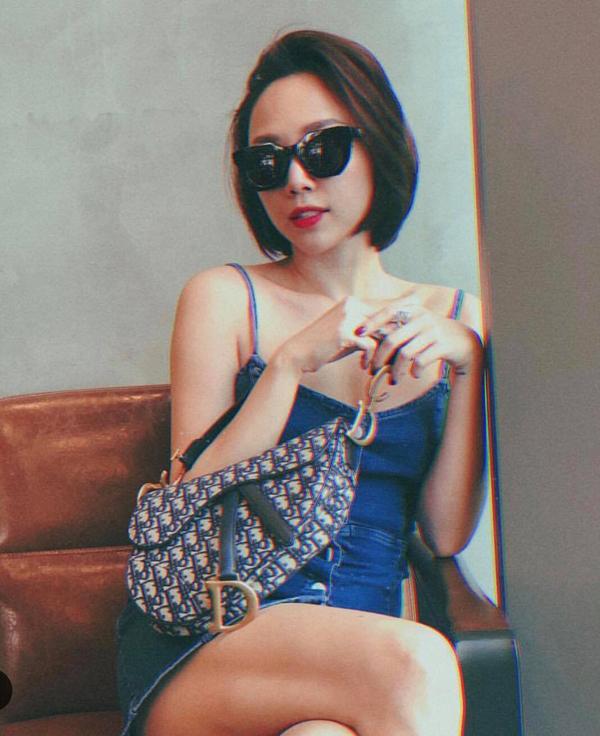 Mẫu túi canvas trang trí logo độc đáo của Dior cũng được Tóc Tiên chọn lựa để mix đồ dạo phố.