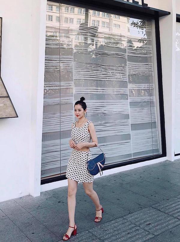 Sao Việt thể hiện sự chịu chơi và sành điệu không thua kém các fashionista thế giới khi chọn túi Dior Saddle với nhiều chất liệu, màu sắc để phối đồ. Chi Pu trẻ trung cùng trang phục chấm bi, sandal Gucci và túi Dior.