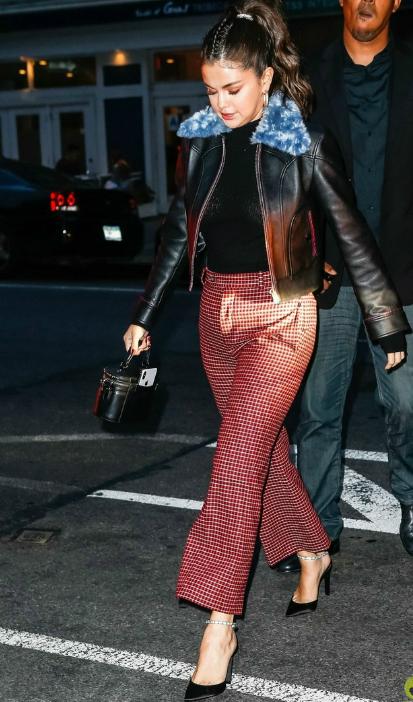 Vào buổi tối cùng ngày, Selena Gomez diện trang phục thoải mái hơn đểđi ăn tối cùng bạn bè.