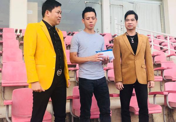 Ngọc Sơn trao tận tay số tiền 250 triệu cho Văn Quyết tại sân Mỹ Đình, Hà Nội. Ảnh: Nguyễn Đắc Văn.