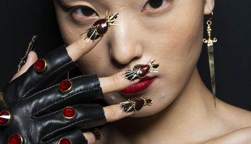 Những mẫu móng tay mất 500 giờ tô vẽ tại show thời trang của The Blonds