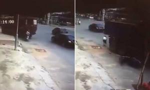 Người phụ nữ đi xe máy sống sót dưới gầm xe tải