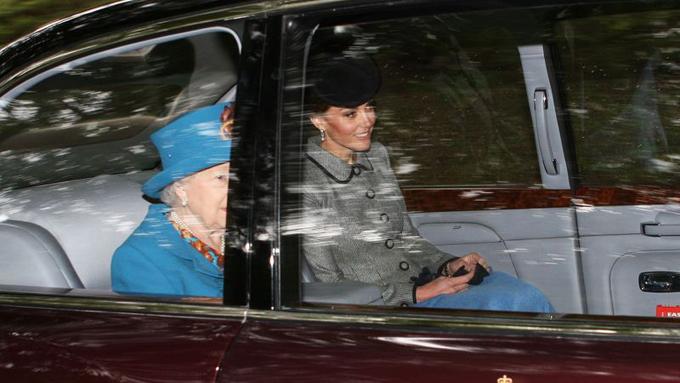Nữ công tước xứ Cambridge đắp chăn khi ngồi cùng xe Nữ hoàng đi lễ nhà thờ ở Scotland sáng 26/8. Ảnh: PA.