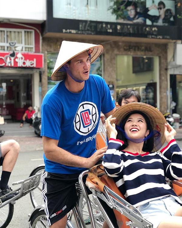 Danilo Gallinari đội nón lá, lái xích lô trên đường phố Sài Gòn. Ảnh: Instagram.