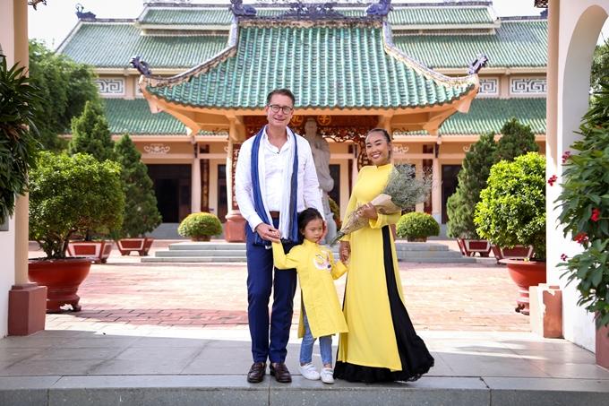 Vợ chồng Đoan Trang hôn nhau tình cảm trước mặt con gái - 4