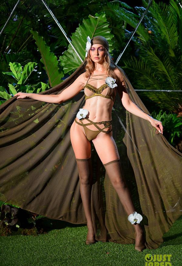 Chân dài nổi tiếng Gigi Hadid khoe body gợi cảm trong bộ đồ lót màu olive, kết hợp tất lưới sexy.