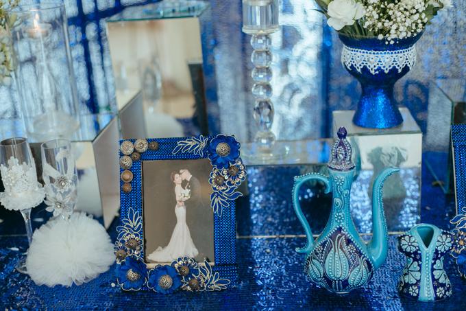 Cặp vợ chồngmong muốn tổ chứcmột hôn lễ độc đáo và ấn tượng, có sự xuất hiện của gam màu xanh navy và trắng.Với đề bài này, wedding planner đã phác thảo ý tưởng vềtiệc cưới lấy cảm hứng từcâu chuyệnAladin và cây đèn thần.