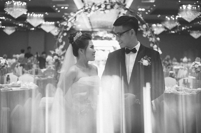 Cô dâu Thu Trang (26 tuổi)và chú rể Ngọc Anh (29 tuổi) đều là nhân viên kinh doanh, đang sinh sống và làm việc tại Hà Nội. Uyên ươngtừng là đồng nghiệp cùng công ty và nên duyên nhờ việc chạm mặt nhau thường xuyên.