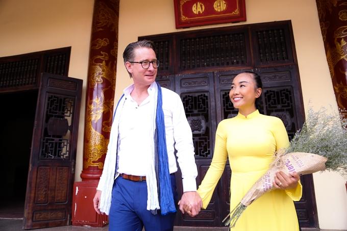 Vợ chồng Đoan Trang hôn nhau tình cảm trước mặt con gái - 6