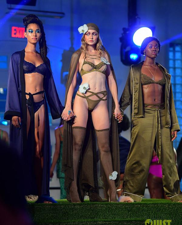 Với sự xuất hiện của chị em nhà Hadid, nhiều người cho rằng show nội y này sẽ diễn ra theo mô-típ quen thuộc, sử dụng những model thân hình mảnh khảnh, đẹp theo chuẩn Victorias Secret.