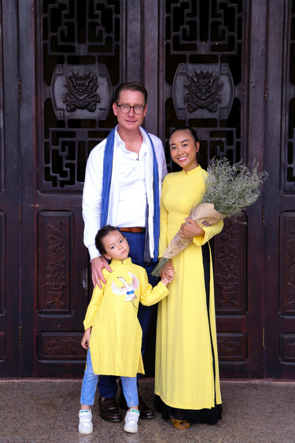 Vợ chồng Đoan Trang hôn nhau tình cảm trước mặt con gái - 7