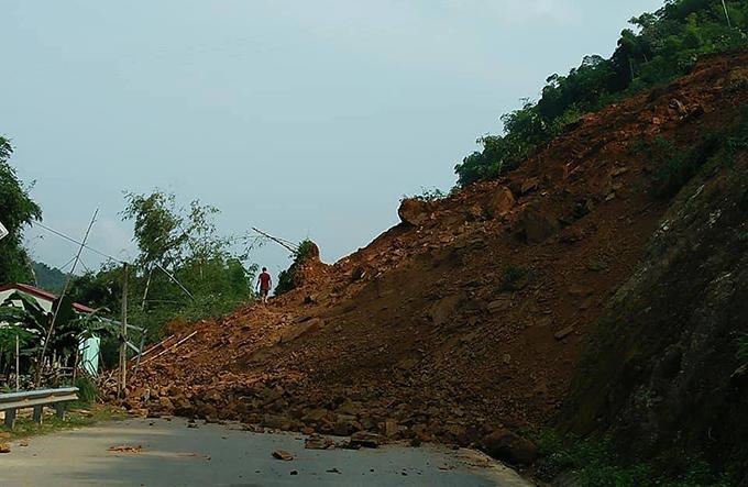 Hàng nghìn m3 đất đá phủ kín quốc lộ 15A qua huyện Quan Hoá.