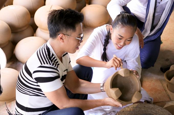 Vợ chồng Đoan Trang hôn nhau tình cảm trước mặt con gái - 8
